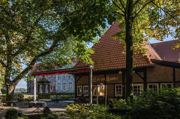 7 Klostercafe und Brunnen