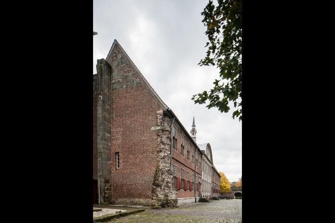 8 Klosterfront mit alten Ziegeln